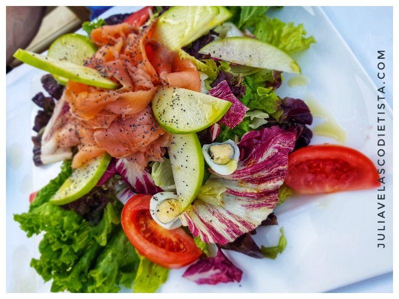 Ensalada de salmón marinado y manzana