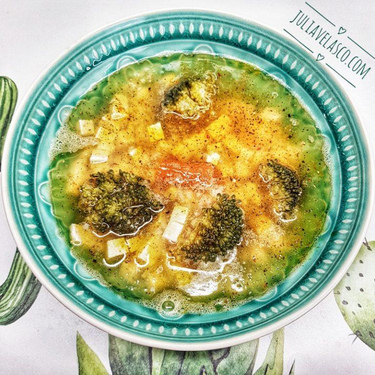 Sopa de verduras y miso con tofu