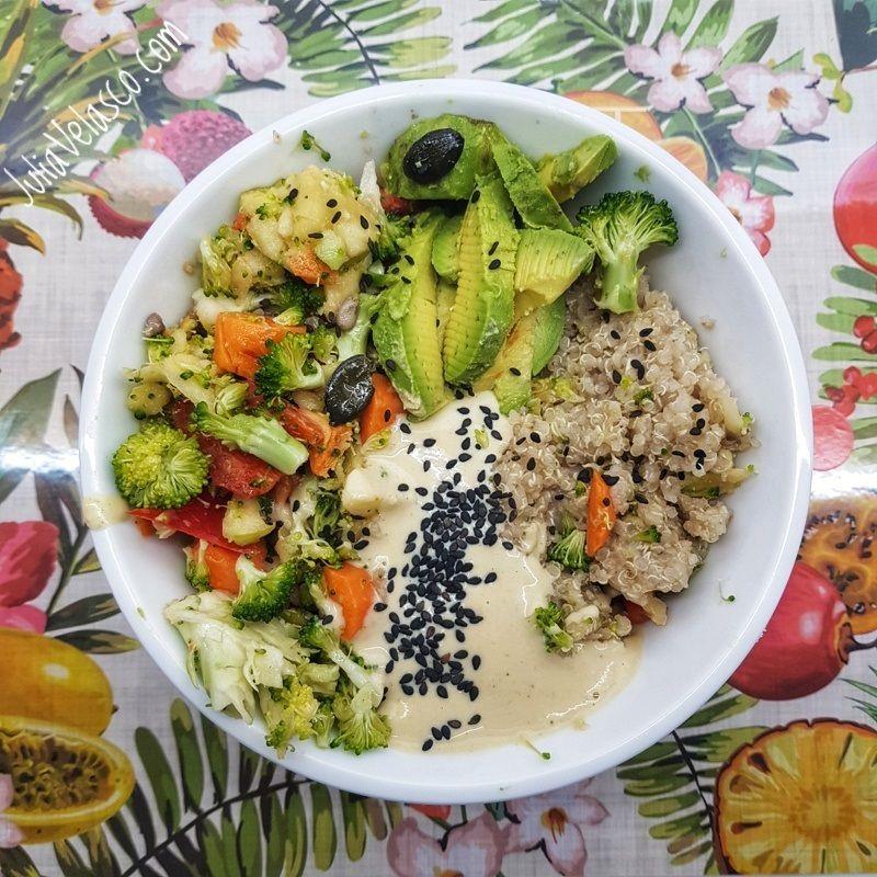 Quinoa con verduras y salsa de garbanzos