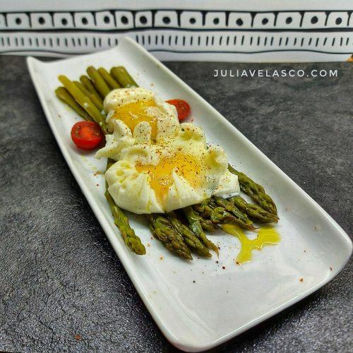 Espárragos a la plancha con huevos poché