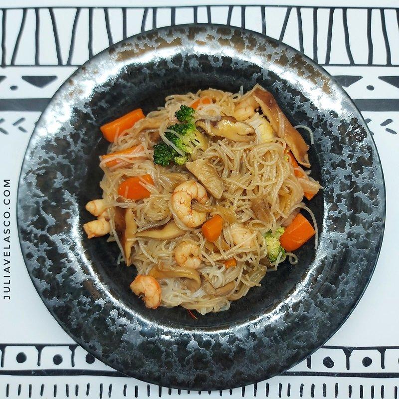 Fideos chinos salteados con verduras y gambas