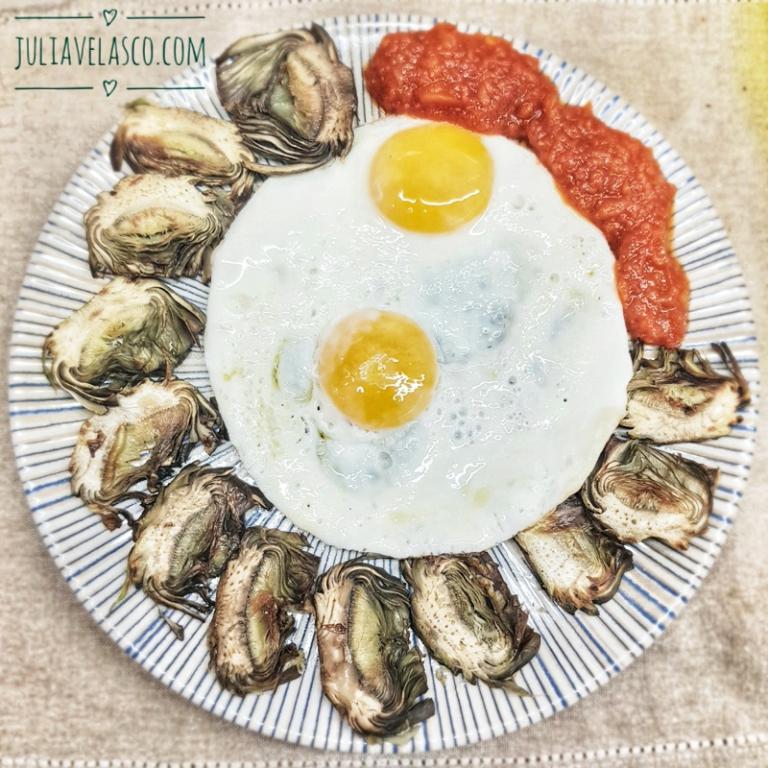 Huevos plancha con alcachofas y tomate frito