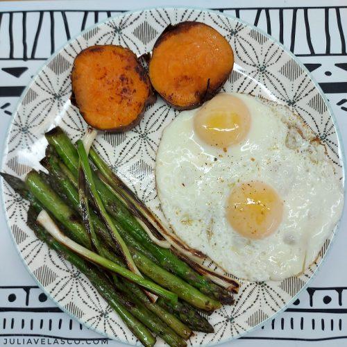 Huevos plancha con espárragos, ajetes y boniato