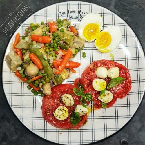 Menestra con huevo y tomate con mozzarella
