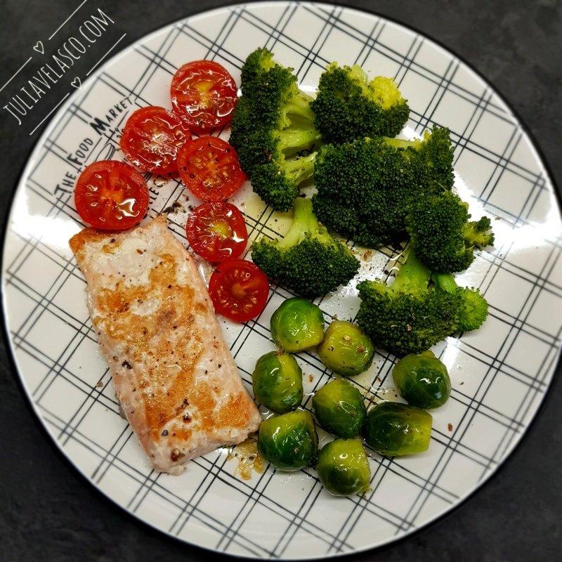 Salmón salvaje con brócoli y coles de Bruselas