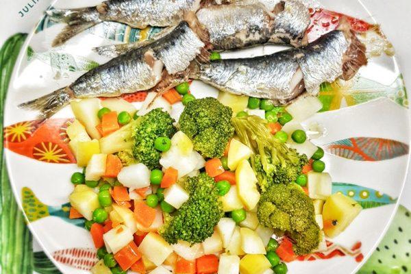 Sardinas horneadas con verduras al vapor