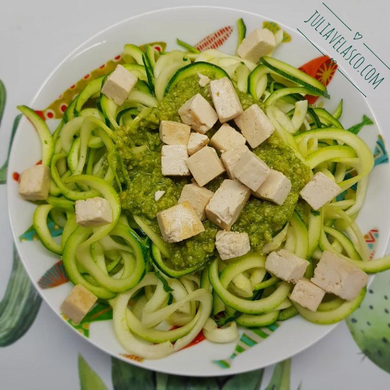 Tallarines de calabacín con tofu y pesto