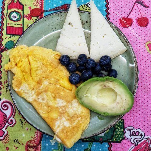 Tortilla con queso, aguacate y arándanos - Desayuno cetogénico