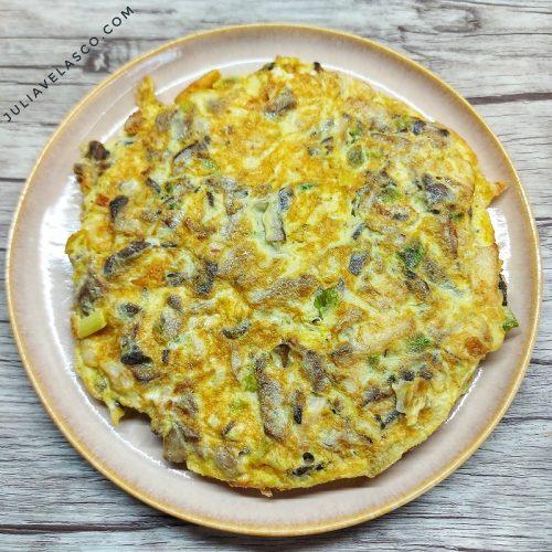 Tortilla de ajos tiernos y setas shiitake